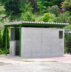 緑化センターの前に遊び心で景色を楽しむトイレを建設しました