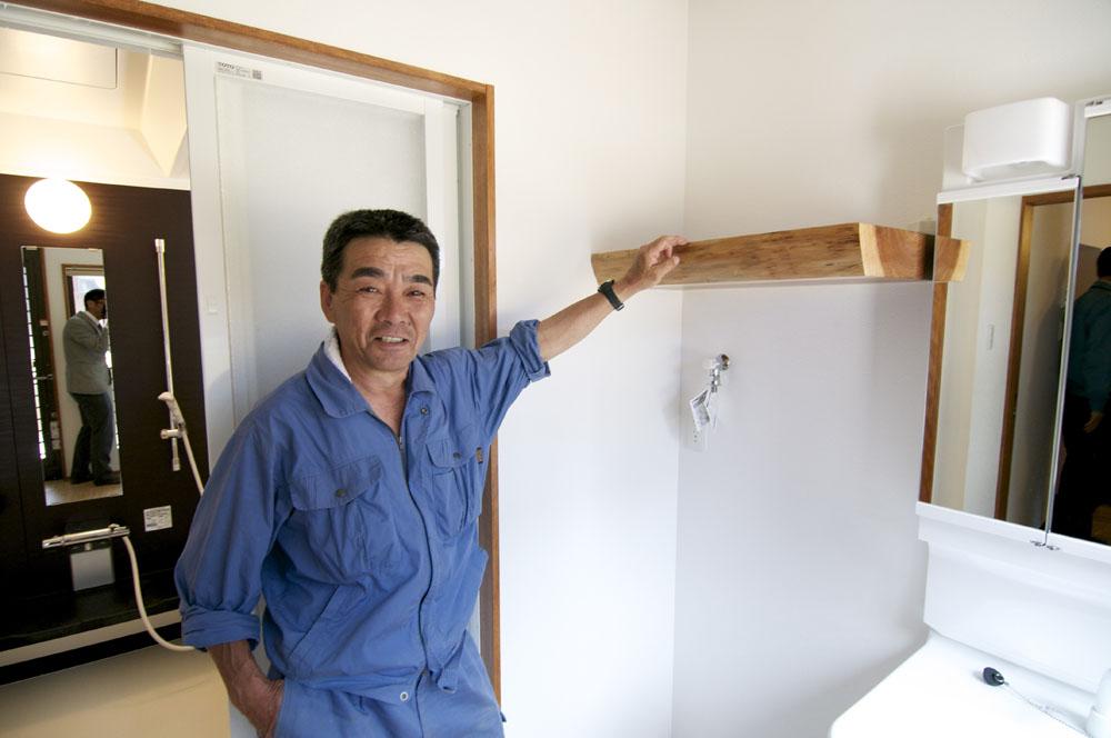 キッチンの柱の端材を脱衣所の棚にアレンジ